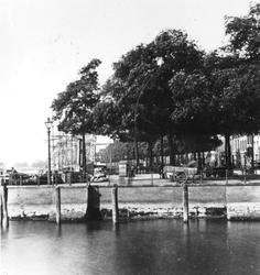 1976-365 Het Bolwerk en op de achtergrond zeilschepen aan de Boompjes, gezien vanaf het Oude Hoofdplein. Op de ...