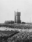 1976-725 Nieuw Mathenessepolder met op de achtergrond de watertoren van de gemeente Schiedam en de scheepswerf van de ...