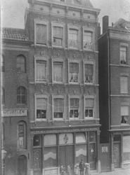 1976-730 Gedempte Botersloot 24.Beneden de Werkmansbond voor leden van de Ned. Herv. kerk, bovenwoningen o.a. van C. ...