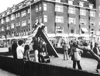 1976-93 Spelende kinderen op de speelplaats in het Heiman Dullaertplein.