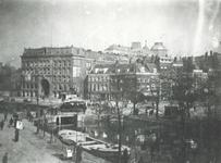1977-110 De Schiedamsesingel (voorgrond), rechts het Van Hogendorpsplein en op de achtergrond de Coolsingel en Coolvest ...