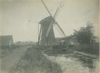 1977-111 De watermolen in de Nieuw Mathenessepolder (gemeente Schiedam). Op de achtergrond links de daken van de ...