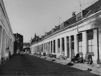 1977-1300 Adelaarsstraat, uit het zuidoosten. Achtergrond hoek Vlietkade