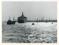 1977-1446 Het vertrekkende schip Queen Elizabeth 2 op de Nieuwe Maas ter hoogte van de Merwehaven. Op de achtergrond ...