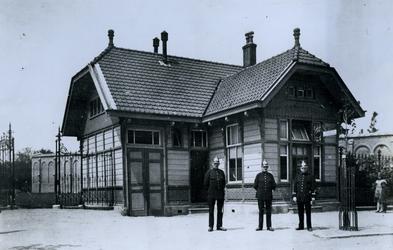 1977-1651 Politiepost met drie politiemannen aan de Crooswijkseweg 41, ten oosten van het Excercitieveld. Op de ...