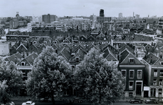 1977-1662 Woonhuizen aan de Crooswijksekade. Achterzijde de daken van de woningen van de wijk Rubroek.