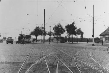 1977-1935 Marconiplein met links de Schiedamseweg (lijn 8 uit Schiedam), rechts een gedeelte van het houten ...