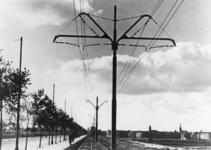 1977-1936 Trambaan aan de noordzijde van de Schiedamseweg. Op de achtergrond Schiedam.