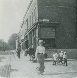 1977-21 Havenstraat uit het zuiden. Mevr. L. van Mens steekt de Korte Schoonderloostraat (was Schoonderloostraat) over. ...