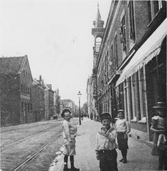 1977-23 Drie jongens: A. en W. Bens en J. van Mark op het trottoir van de oostzijde Havenstraat, ongeveer voor huis nr. 160.