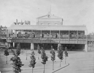 1977-2491 Gezicht op Station Beurs aan het Beursplein. Op het station een internationale trein.