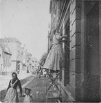 1977-27 Maria (waarschijnlijk een dienstboede bij notaris A. van Mens) maakt de ramen schoon van het huis nr. 146.