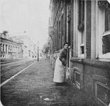 1977-32 Dienstbode voor het huis van mevrouw Van de Valk nr. 154, aan de oostzijde van de Havenstraat ongeveer ...