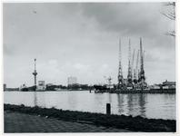 1977-366 Zicht vanaf het Charloisse Hoofd op de Nieuwe Maas, op de voorgrond de monding van de Maashaven, in het ...
