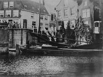 1977-4 Binnenschip passeert de Aelbrechtsbrug en -sluis bij de Delfshavense Schie. Op de achtergrond het begin van de ...