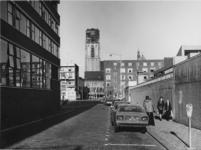 1977-402 Ds. Jan Scharpstraat, gezien in de richting van de Hoogstraat.Op de achtergrond de toren van de Sint-Laurenskerk.
