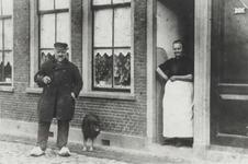 1977-614 Willem Johannes Cornelis de Jager en zijn echtgenote Antoinette Kuiper bij hun huisje aan de Aelbrechtskade.
