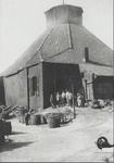1977-615 Gezicht op de glashut van de glasfabriek Gagestein en Muller aan de Aelbrechtskade, met voor de ingang een ...