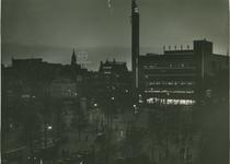 1977-62 Het Van Hogendorpsplein bij avond.Rechts warenhuis de Bijenkorf op de hoek Coolsingel - Schiedamsesingel.