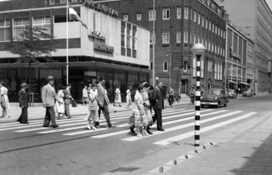 1977-655 Gezicht op de Aert van Nesstraat bij de Lijnbaan. Op de achtergrond het Sint-Luciagesticht op de hoek met de ...