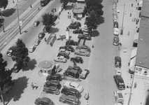 1977-699 De Coolsingel met op de voorgrond een parkeerplaats voor auto's, rechts de daken van de noodwinkels, omgeving ...