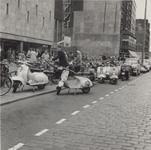 1977-746 De Coolsingel met op de voorgrond een parkeerplaats voor fietsen en bromfietsen voor warenhuis de Bijenkorf en ...