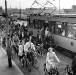 1977-815 Oprit Willemsbrug bij de Boompjes.Fietsers passeren tram 12 bij een halte tijdens het instappen van passagiers.