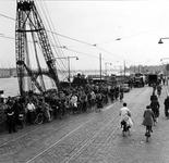 1977-816 Oprit van de Willemsbrug bij de Boompjes.Fietsers tijdens spitsuur. Aan de overzijde de Maaskade op het ...