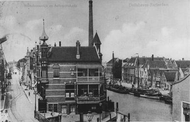 1978-1028 Gezicht op de Mathenesserdijk (links) en de Delfshavense Schie (rechts).