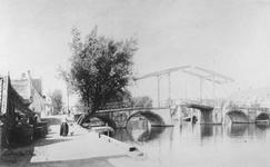 1978-2516 De Hogebrug over de Delfshavense Schie. Links de Delfshavensekade met boerderij van Kool.