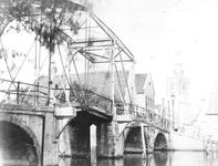 1978-2525 De Hogebrug over de Delfshavense Schie gezien vanaf de Delfshavensekade. Rechts de Overschiese Dorpsstraat ...