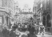 1978-2602 Versiering aan de toegang tot de Helmersstraat bij de Kruisstraat. Op de erepoort de jaartallen 1806 of 1606 ...