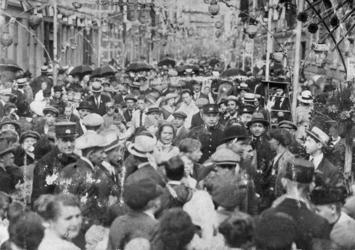 1978-2603 De versierde Helmersstraat volgepropt met mensen die het jaarlijkse oranjefeest beleven.