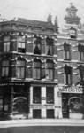 1978-2604 Helmersstraat met links drogisterij van het Wijngaarden aan de Ammanstraat 13a. Rechts een waterstokerij.