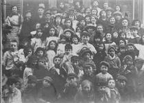 1978-2605 Groepsfoto van een groot aantal kinderen in de Helmersstraat. Op de foto: Bernard Rubens, Daisy Greenman, Den ...