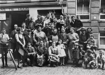 1978-2606 Groepsfoto van enkele bewoners voor een wagenverhuurbedrijf in de Helmersstraat. Op de foto: Siebe Clastra, ...