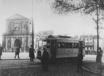 1978-2633 Motortram 505, lijn Rotterdam - Overschie, aan het eindpunt op het Slagveld/Hofplein.Links de Delftse Poort.