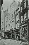 1978-2821 Het Hang met de winkels van A. van der Nagel & Zonen (mode-artikelen), rechts de winkel van de firma ...