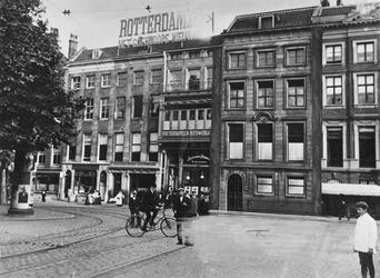 1978-2867 Gezicht op enkele panden aan de Zuidblaak, o.a. het pand van het Rotterdams Nieuwsblad op nr. 14-18, en het ...