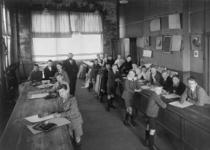 1978-2945 Lokaal met leerlingen van de Academie van Beeldende Kunsten en Technische Wetenschappen aan de Coolsingel.