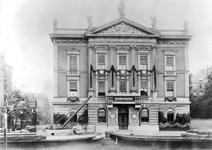 1978-2970 Het met slingers en doeken versierde Erasmiaans Gymnasium aan de Coolvest.Links een ereboog aan het begin van ...