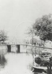 1978-2972 De Schiekolk en de Schiebrug, gezien vanaf de Galerijbrug over de Delftsevaart.Links op de achtergrond vaag ...