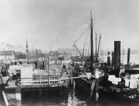 1978-2981 Een steiger aan het Bolwerk bij de toegang tot de Oudehaven.Op de achtergrond de Nieuwe Maas, de Oosterkade ...