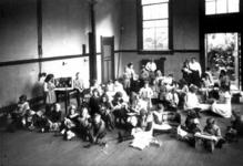 1978-3051 Interieur van de vereniging Ons Huis aan de Gouvernestraat.- kinderen spelen in de zaal op de begane grond.