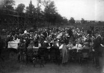 1978-3063 Lentefeest van Ons Huis op de Woudestein met gedekte tafels.