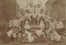 1978-3789 Toneelspelers van Ons Huis aan de Gouvernestraat.Groep meisjes van het spel De Matrozendans onder leiding van ...