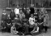 1978-421-EN-422 Groepsfoto's van de meisjesschool voor U.L.O. in de Passerelstraat.Afgebeeld van boven naar ...