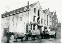 1978-627 Pakhuizen en kantoor van de Rotterdamsche Kaashandel aan de Baan, uiterst links de heer Quist.