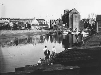 1980-1727 Spelende Kinderen bij de Buizenwaal. Op de achtergrond rechts de achterzijde van de RK kerk aan de Havenstraat.