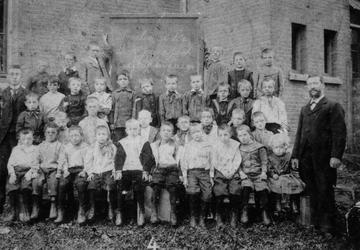 1980-1733 Groepsfoto van de leerlingen van de R.K. jongensschool Oud-Delftshaven aan de Schoonderloostraat.